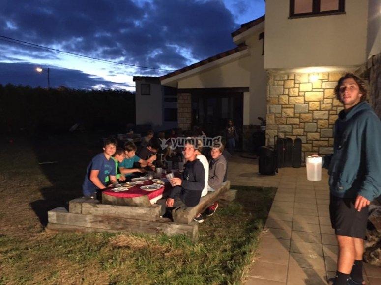 在营地吃晚餐