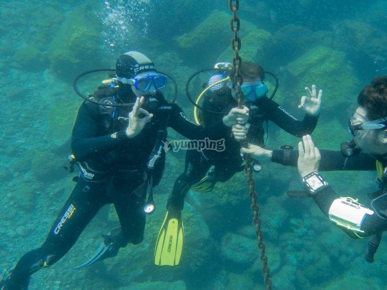 Enseñando señas bajo el agua