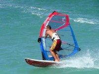 Aprendiendo sobre una tabla de windsurf