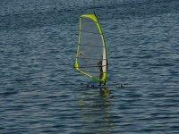 Con una tabla de windsurf