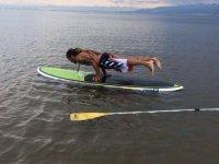 练习在sup -999的桌子上 - 在海中下沉桨