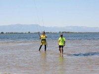 Aprendiendo a controlar el kite desde el agua