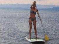 Probando el paddle surf en el mar