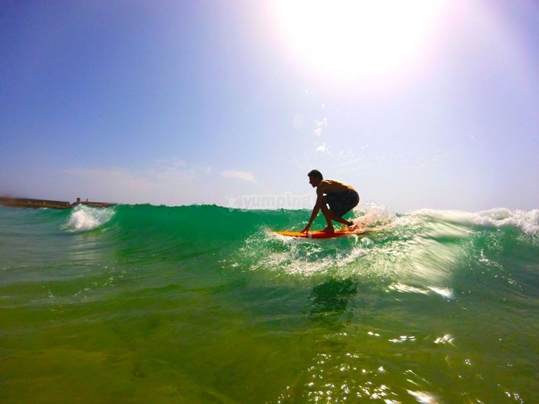 Tarifa上的冲浪课程