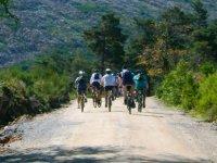 的道路上下坡山山地自行车休息