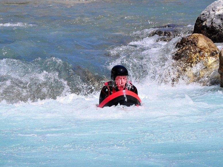 Haciendo hidrospeed en aguas bravas