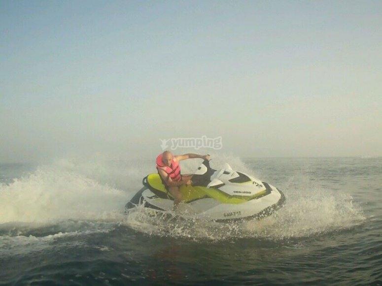 Disfruta pilotando una moto de agua en Almeria
