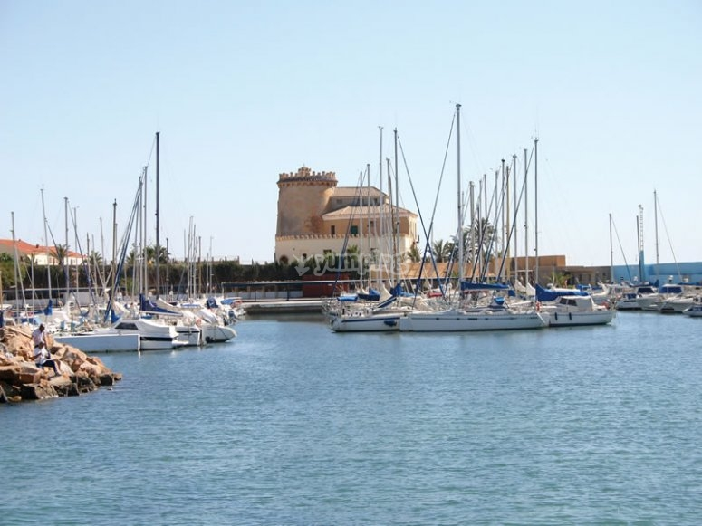 Barcos frente a Torre Horadada