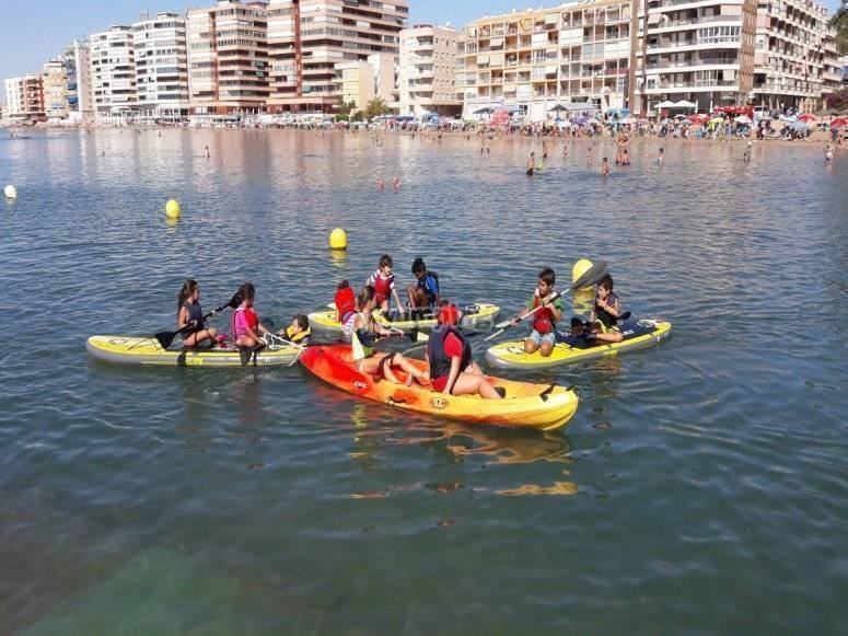 Students with kayaks in Mar Menor