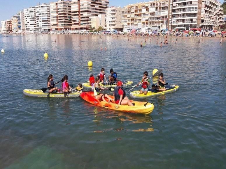 Alumnos con kayaks en el Mar Menor