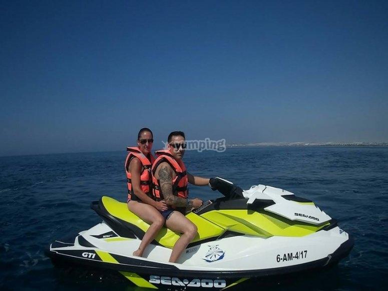 Paseo en moto de agua en pareja