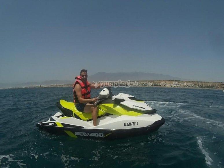 Pasea en moto de agua por el mar almeriense