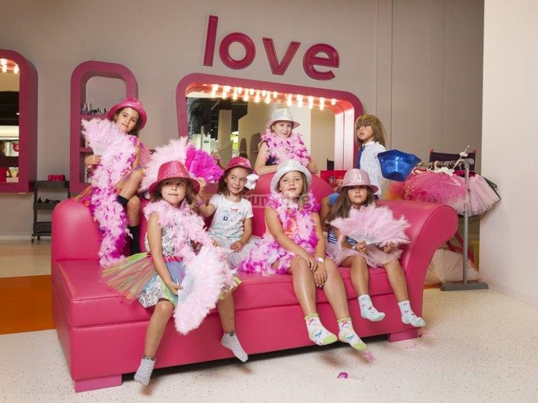 Chicas en el sofa rosa
