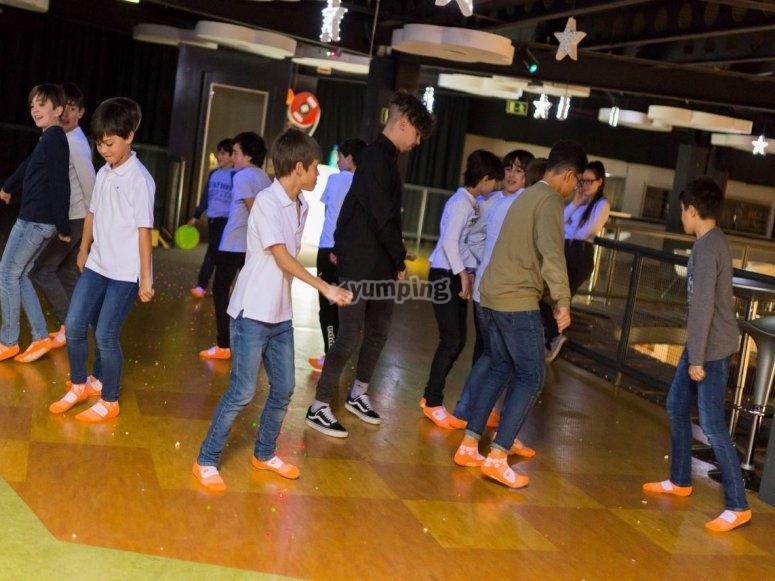 Chicos bailando en la pista