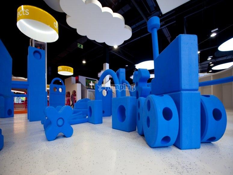 Arquitectura con piezas gigantes