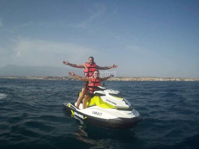 Disfrutando en pareja de una ruta en moto de agua