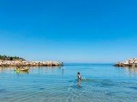 沿着皮划艇的地中海海滩