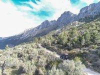 Conduce por senderos montañosos