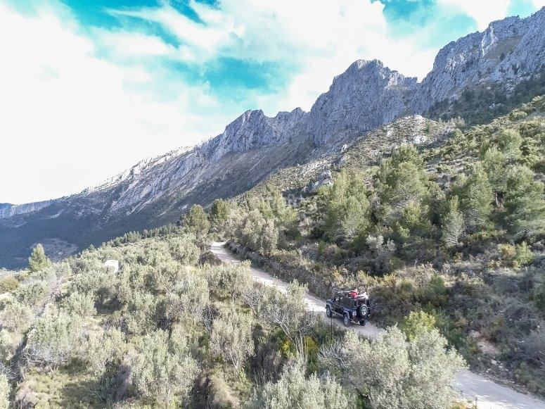 Attraversa i sentieri di montagna