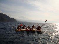 Grupo haciendo kayaks