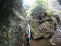 沿着走山沟瀑布