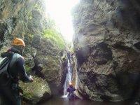 发出指示降序瀑布峡谷