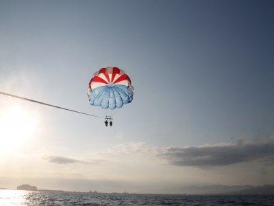 Pacchetto di parasailing e motoscafo a Roses 40 min