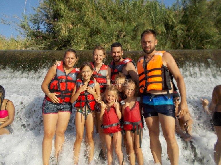 Familia haciendo rafting