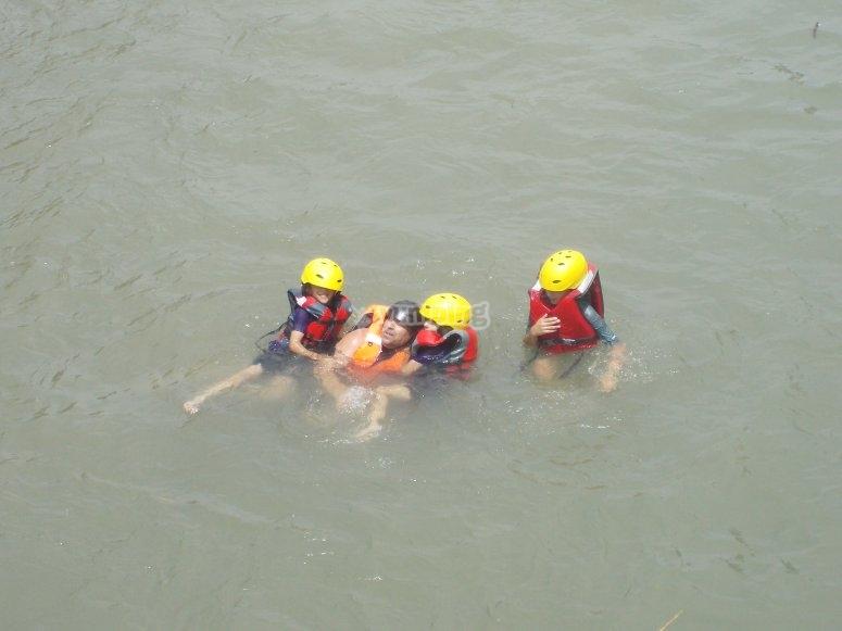 Nadando en el río