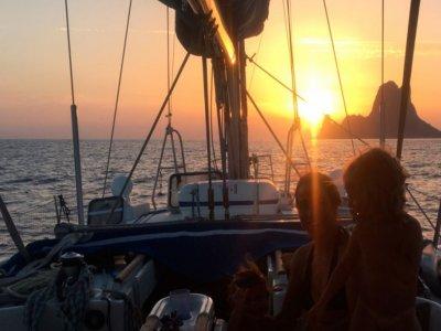 Atardecer en velero en Mallorca con aperitivo