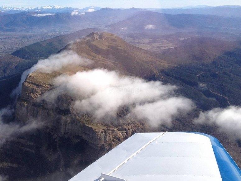 Aeroplano sopra le nuvole