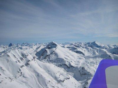 Volar en avioneta sobre picos Pirineo y vídeo HD