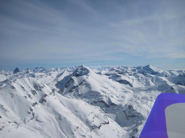 游览白雪皑皑的山峰