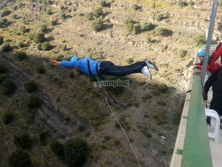 Momento del salto puenting