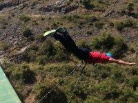 Volando en el puenting