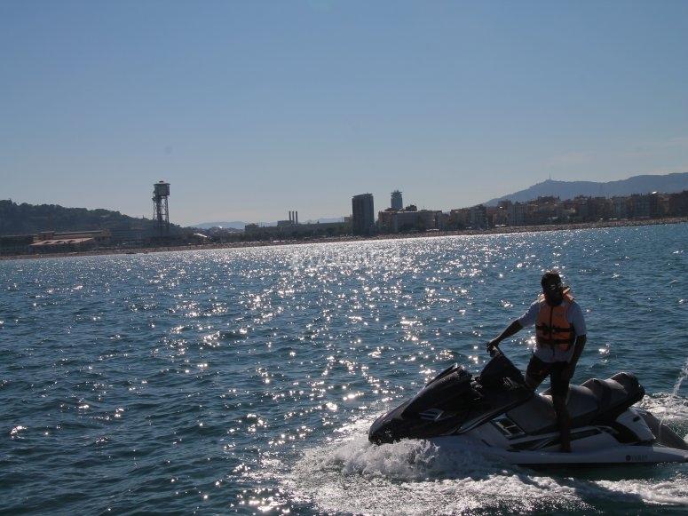 Navegando en moto acuatica en Barcelona