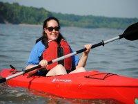 在皮划艇中划桨