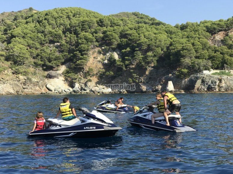 Pilota una moto acuatica en Barcelona