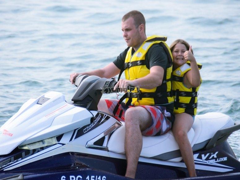 在巴塞罗那乘坐摩托艇