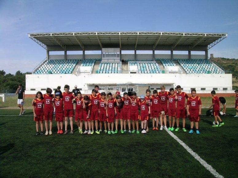 Chicos y chicas en el campo de fútbol