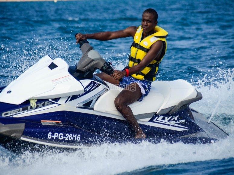 驱动滑水摩托艇