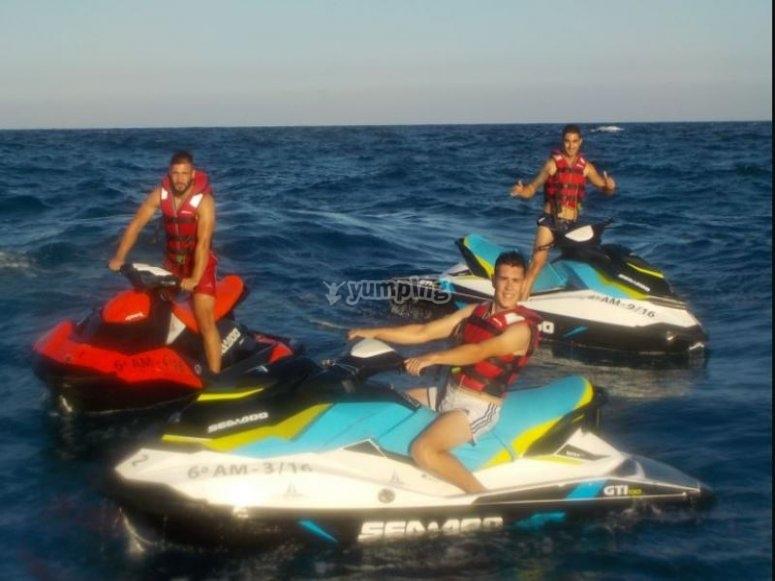 Amigos en motos de agua
