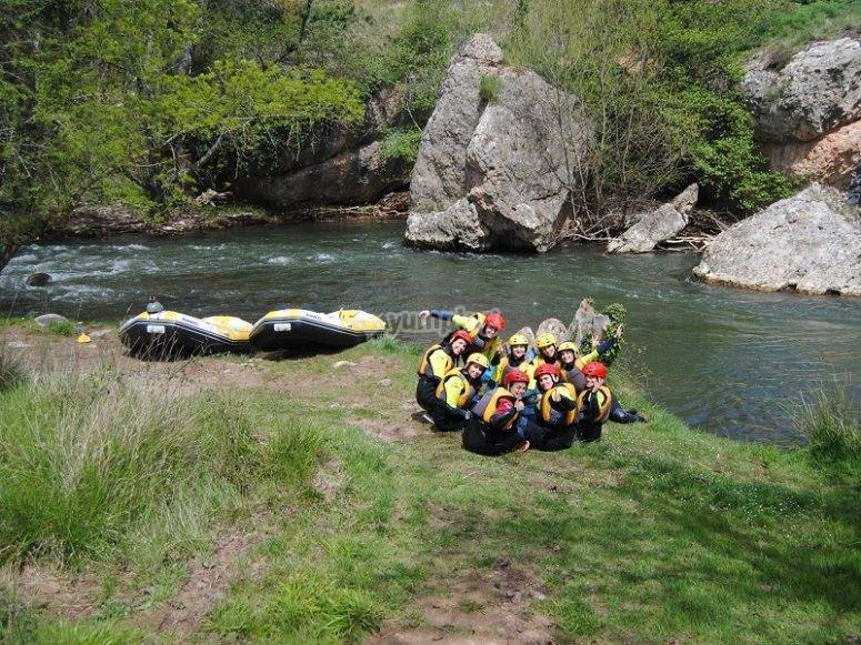 Sentados junto a los rafts
