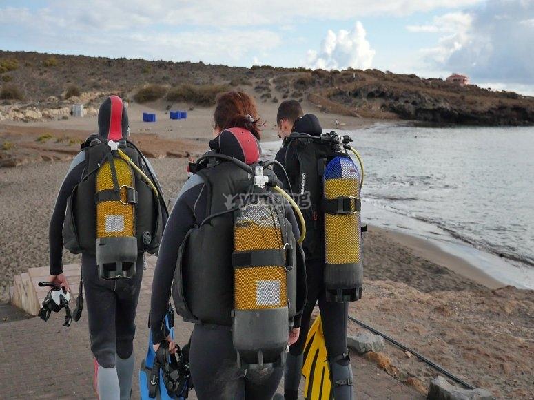 Buceadores en la playa