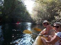 Amigas en la canoa