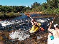Remando en las canoas