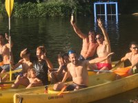 Amigos a bordo de las canoas