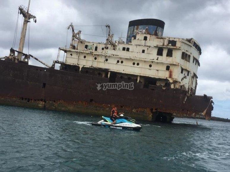 Moto de agua junto a barco abandonado