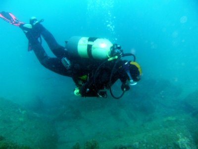为认证潜水员潜水