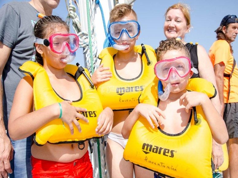 Niños con las máscaras de snorkel